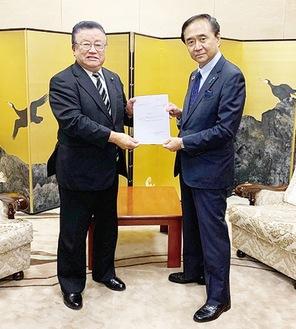 黒岩知事に要望書を渡す石川議長(左)