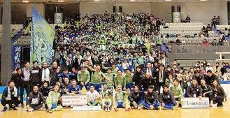 名古屋戦の勝利を喜ぶ選手ら