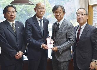 勝俣副町長に見舞金を手渡す杉岡ガバナー(中央右)