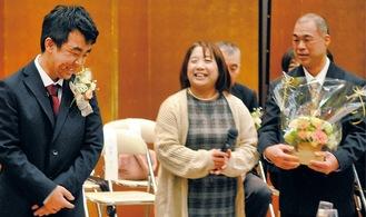 両親の祝福に笑顔を見せる川口さん(左)