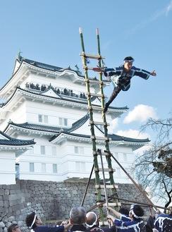 本丸広場でのはしご乗り演技。天守閣の観光客からも拍手が