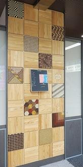 寄木細工を組み合わせた案内版