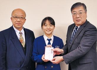 寄付を手渡す加藤麗リーダー(中央)と中西弘久副運営委員長(左)