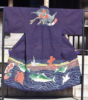 製作された万祝の裾には鰤と大漁の文字、衣紋部分には縁起物の鶴と北条氏の家紋・ミツウロコが染め抜かれている