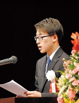 新成人を代表して登壇した小瀬村さん