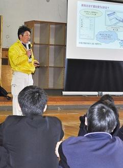 講師の立山さんの話に耳を傾ける生徒たち