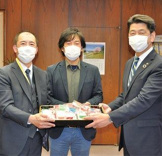 せっけんを手渡す神原氏(中央)と青野氏(左)