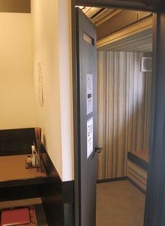 養老乃瀧 鴨宮店の店内。右側が新設された喫煙専用室