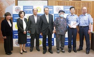 寺澤署長(右から2人目)に目録を手渡した片桐会長(同4人目)ら同会のメンバー