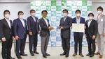 冨田町長にマスクを寄贈した一寸木理事長(中央左)