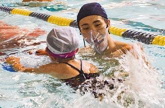 水泳用マスクを着用し、バタ足指導(神奈中スイミング)