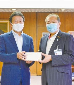マスクを手渡す江島賢取締役(左)