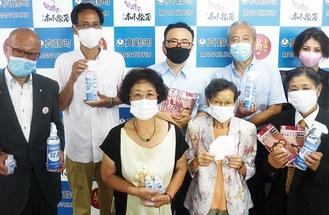 マスクを寄贈した翁社長(左から2人目)
