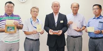小室会長(左から2番目)と中丸常務(中央)、会員ら