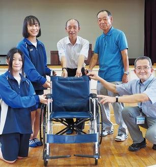 車いすを渡す千代中生徒会役員たち