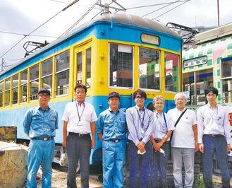 譲渡予定の車両を見学した保存会小室会長(右から3人目)らメンバーと長崎電気軌道の社員(3日)=写真は保存会提供