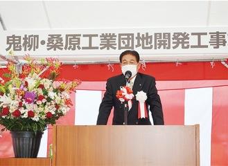 竣工式で挨拶する大野氏。土地所有者や近隣住民、工事関係者への感謝、地域発展への思いを述べた