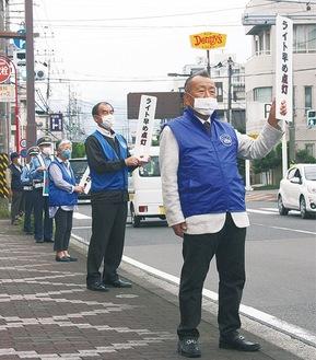 路上で注意を促す参加者たち