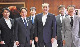 守屋市長と芥川会長(左から2人目)ら新役員