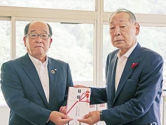山口町長(右)と秋葉理事長