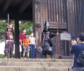 登城者の撮影に応じる甲冑隊