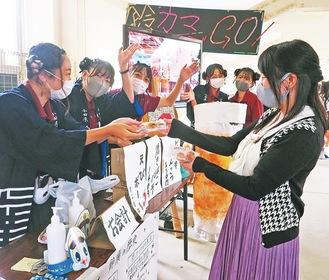 法被姿で、あげかまなどの商品を販売する生徒たち