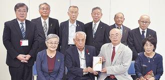 寄付を木村支会長(前列右から3人目)に手渡す大場会長(同2人目)