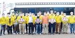 献血車を前に集まる白梅LCメンバー