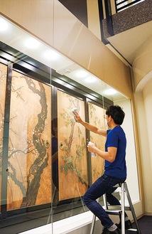 天守閣の窓や展示ケースに塗料が塗られていった