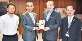 (左から)鴛海PTA会長、鈴木社長、守屋市長、栁下正祐教育長
