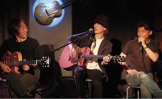 写真上/小田原市内のライブバーで演奏する、左から二見さん、妹尾さん、齋藤さん
