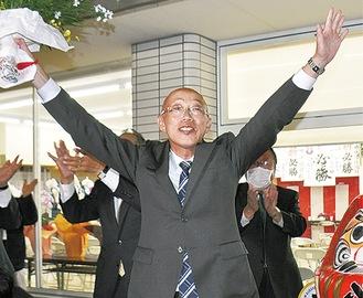 当選を喜ぶ勝俣氏