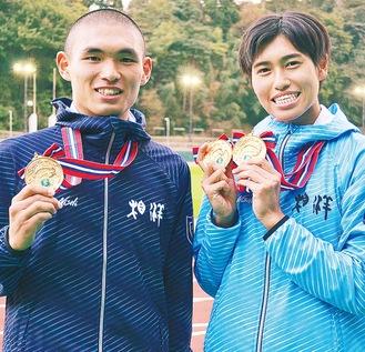 金メダルを胸に笑顔の岡さん(左)と石川さん