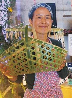 伐採した竹で製作したかごを手にする本多さん