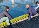 漁港で竹を海に漬けた(BREWSTUDIO Inc.加藤恵一さん提供)