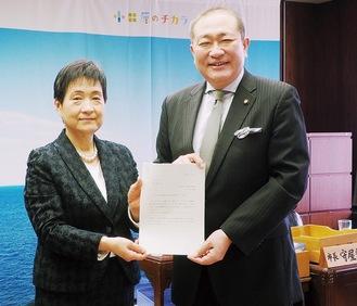 守屋市長に答申書を手渡す吉田会長(左)