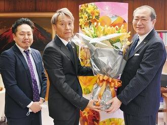 守屋市長(右)に花束を渡す河野さん(中央)と三浦さん