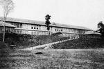 現在の小田原駅がある場所に建つ創立期の校舎。校庭は現在の駅前東口付近