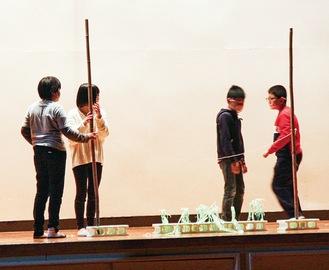 舞台上で演じる児童