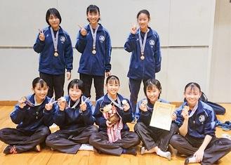 栄冠を手にした橘中学のメンバー(同校提供)