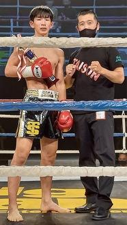 トロフィーを手にする鈴木選手(左)と同道場の飯山真代表(提供・同代表)