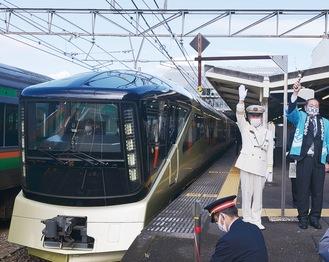 出発の合図をおくる小野駅長とハンドベルを振る守屋市長(右)