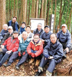 案内板を設置したねぶ川里山を守る会のメンバー