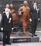 映画二宮金次郎夫婦像の前で、金次郎役の合田雅吏さんとなみ役の田中美里さんと