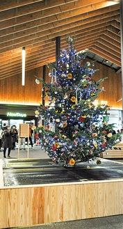 駅前に設置されたツリー