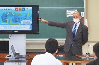 「定置網漁」の仕組みを生徒に説明する小田原魚市場の担当者