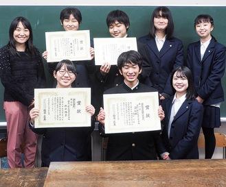 受賞を喜ぶ西湘高校の演劇部員
