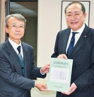 守屋市長に本を手渡す小室刀時朗会長(左)
