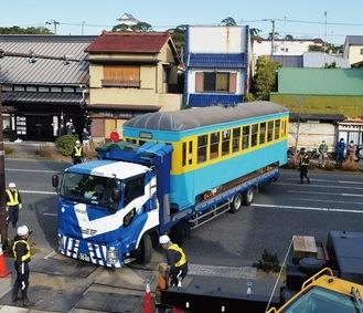 トレーラーで運び込まれる車両。近隣の市民と小田原城天守閣が出迎えた