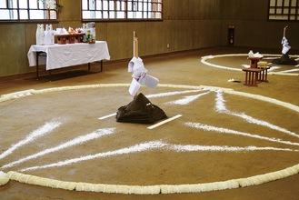 五角形の盛り土など伝統作法に則った土俵開き